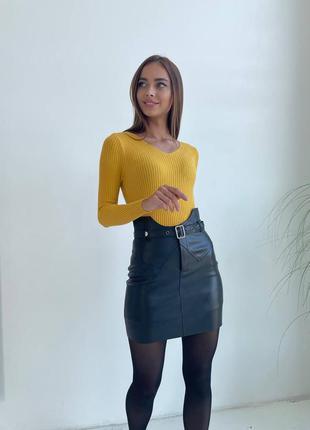 Желтый свитер в рубчик