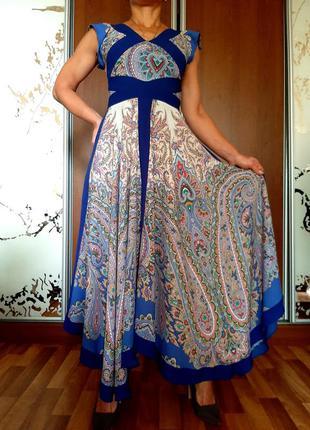 Красивейшее белое платье макси с ярким цветочным принтом и ассметричной юбкой
