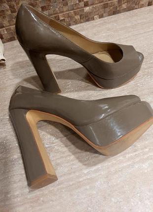 Лаковые туфти steve madden на высоком каблуке / открытые туфли / босоножки  / бежевые туфли /
