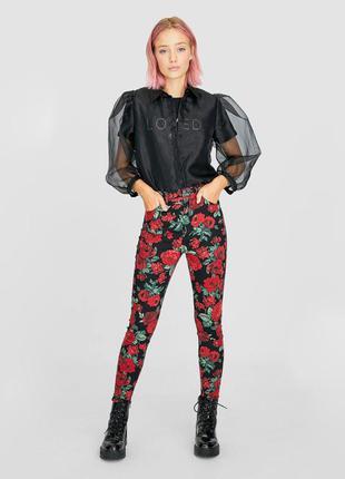Стильные яркие джинсы скинни