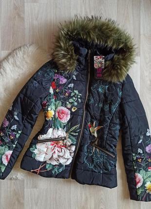 Черная короткая куртка с капюшоном в яркий цветочный принт