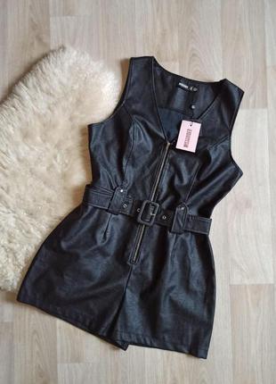 Черный кожаный комбинезон шортами с поясом