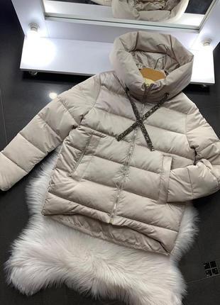 Бежевая стеганая куртка с отблеском