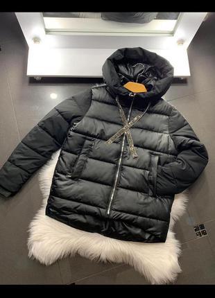 Черная стеганая куртка с отблеском