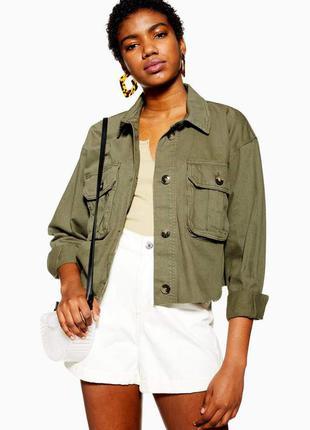 Укороченная куртка-рубашка в стиле милитари с необработанным краем