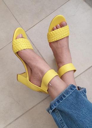Стильные кожаные яркие лимонные босоножки на каблуке плетение
