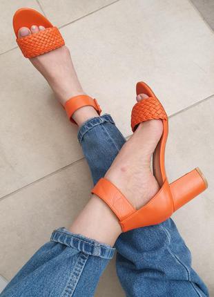 Стильные яркие кожаные мандариновые босоножки на каблуке с плетением