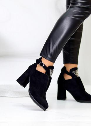 Элегантные черные замшевые женские ботинки ботильоны с декором на удобном каблуке