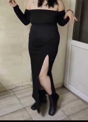 Стильное платье с актуальным вырезом
