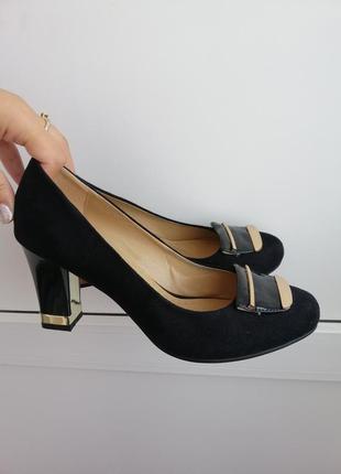 Туфли чёрные замшевые на среднем каблуке