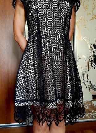 Красивейшее платье из черного кружева на бежевом чехле