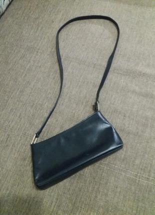 Кожаная сумочка на длинной ручке.