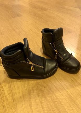 Ботинки темного синего цвета