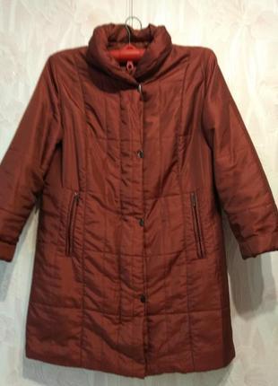 Лёгкое демисезонное пальто на синтепоне большого размера.