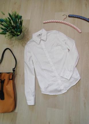 Базовая белая рубашка на пуговицах