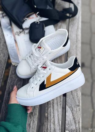 Стильные женские белые кроссовки