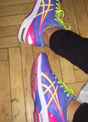 Зручні, спортивні кросівки asics розміру 40