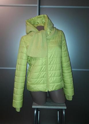 Яркая куртка с капюшоном/шарфом/карманы/синтепон