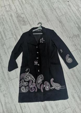 Шикарное шерстяное черное пальто с вышивкой
