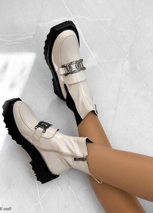 Женские бежевые лаковые демисезонные ботинки с черной резинкой цепочкой беж