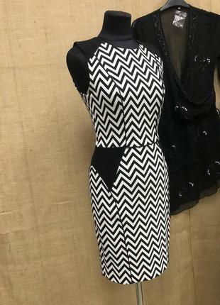 Стильное платье футляр черно белое новое трикотажное по фигуре