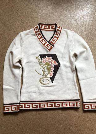 Красивый модный свитер