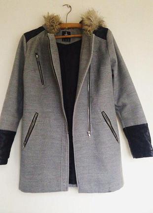 Очень стильное плотное серое пальто с кожаными вставками