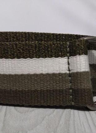 Текстильный ремень с полосами разных оттенков оливкового цвета