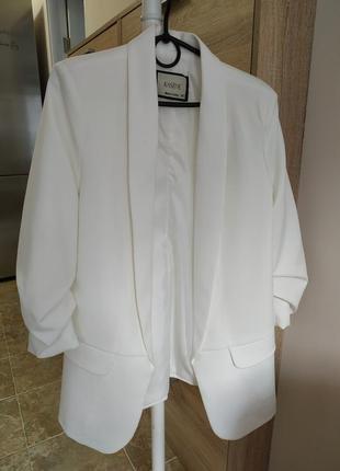 Крутой белый пиджак в идеальном состоянии