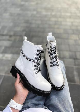 Ботинки белые с цепочкой