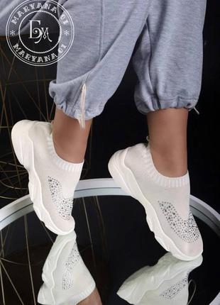 Оригинальные женские кроссовки со стразами