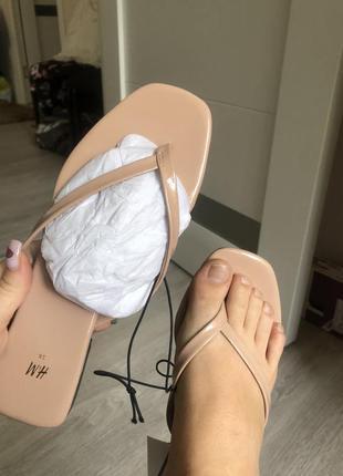 Новые босоножки кремовые лаковые бренд вьетнамки шлепки вьетнамки шлёпанцы