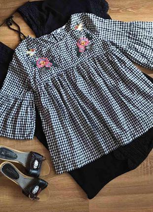 Красива блуза в клітинку з вишивкою