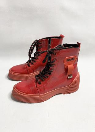Крутые лаковые ботинки на грубой подошве