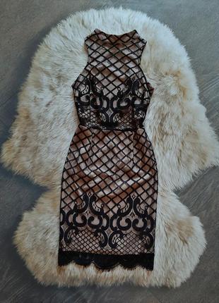 Элегантное кружевное платье с переплетом на спинке