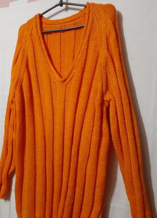 Яркий свитер большого размера