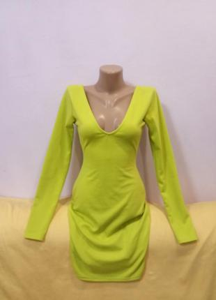 Ярка сукня з вирізом