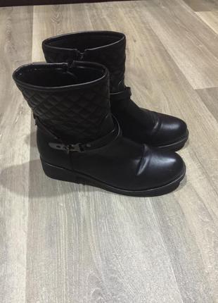 Стильные ботинки на низком ходу  ,на 38 р,как новые