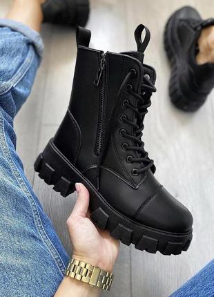 Женские демисезонные ботинки кожзам чёрные на тракторной подошве