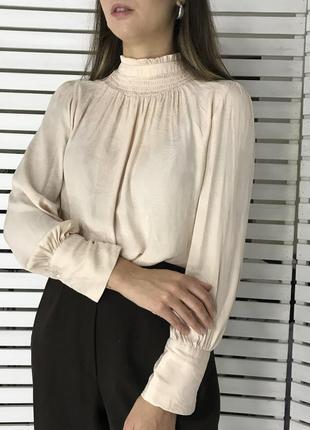 Пудровая блуза с воротником стойкой