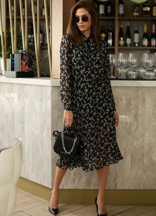 Красивое и нежное платье-миди с плиссированной юбкой в цветочный принт