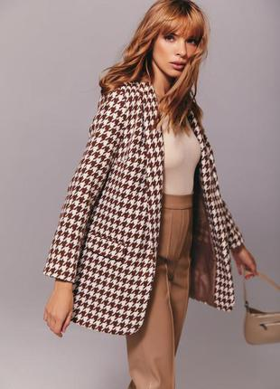 Бежевый пиджак в гусиную лапку