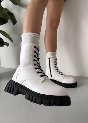 Белые зимние ботинки на шнуровке