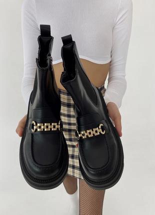Зимние чёрные ботинки с цепочкой