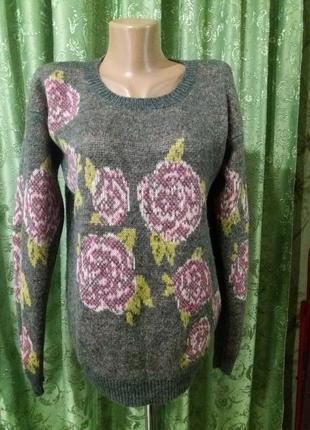 Cерый теплый свитер в цветах