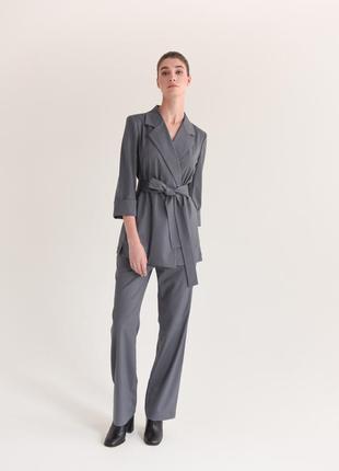 Брючный костюм серого цвета с поясом демисезон весна осень новая коллекция