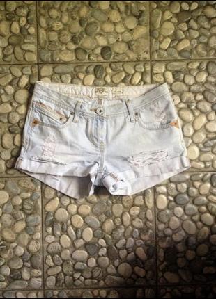 Стильные, короткие оригинальные джинсовые шорты, с потертостями и дырками, с поворотом. river island