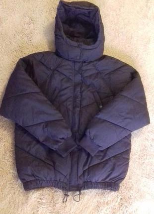Моднюща куртка баклажанового кольору.