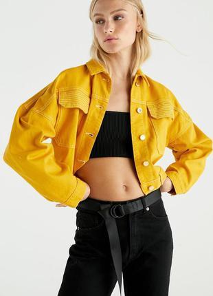 Стильная джинсовая куртка с золотыми пуговицами