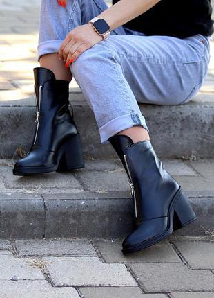 Чёрные кожаные ботинки на среднем каблуке